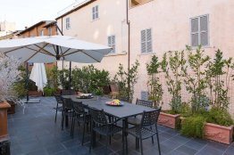 Pantheon terrace mansion: Up to 12 people