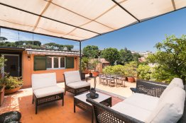 Trastevere charming penthouse: Up to 6 people