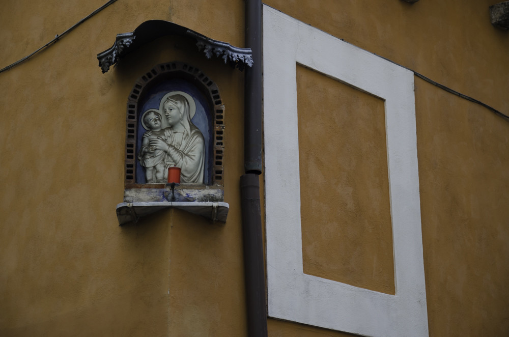 An image of Madonna with a child in Monti